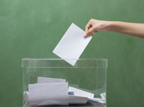 Ubacivanje glasačkog listića u kutiju