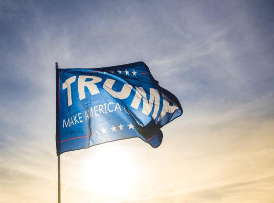 "Zastava iz predsedničke kampanje Donalda Trampa na kojoj piše ""Make America great again"""
