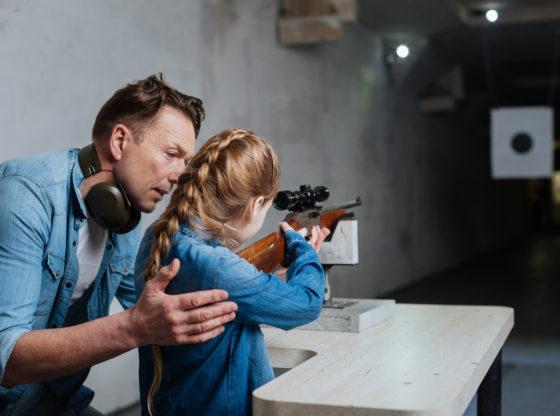 Otac uči ćerku da koristi oružje, gun rights u Americi i Švajcarskoj