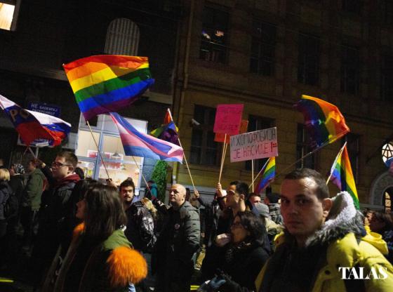 Zašto su ljudi došli sa LGBT+ zastavama na protest? Talas.rs