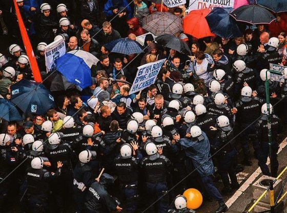 Zašto na protestima nema policije u uniformi?
