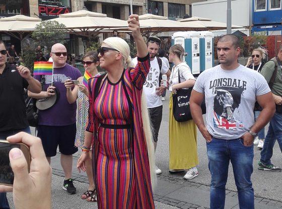 Grč pristojne elite - podrška folk zvezda LGBT pravima