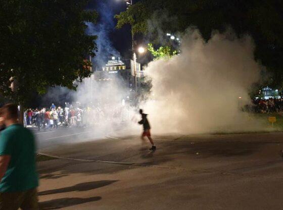 Noć suzavca i pendreka – šta stoji iza brutalnosti policije?